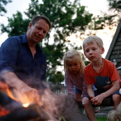 Grillen am Lagerfeuer am Erlebnis-Bauernhof für Kinder